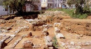 Άποψη της ελληνοσουηδικής ανασκαφής στην πλατεία Αγίας Αικατερίνης στο λόφο Καστέλι.Τμήμα κτιρίου του 1450 Π.Χ. . View of excavation on St. Catherine Square building on the hill Kasteli. Part of building from 1450 BC