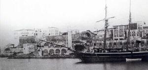 Φωτογραφία από το λιμάνι του Καστελιού με το βυζαντινό τείχος και το κονάκι, πριν από το 1880. Το τείχος είναι και η μόνη αρχαιολογική ένδειξη για την ύπαρξη της πόλης κατά την περίοδο μεταξύ της Αραβοκρατίας και της Βενετοκρατίας.