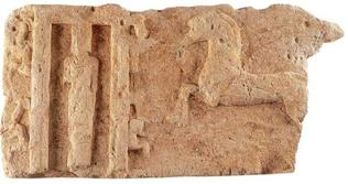 Τμήμα ασβεστολιθικής ζωφόρου από την πόλη των Χανίων. Εικονίζει επίθεση ιππέων σε ιερό (αρχές 7ου αιώνα π.Χ.).