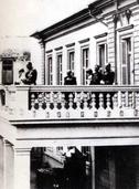 Ο πρίγκιπας Αρμοστής της Κρήτης Γεώργιος εκφωνεί λόγο από το μπαλκόνι του νέου Διοικητηρίου. (ΦΩΤ. Π.ΔΙΑΜΑΝΤΟΠΟΥΛΟY)