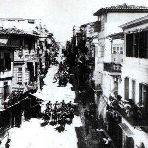 Η άμαξα του πρίγκιπα με τη συνοδεία  της κρητικής χωροφυλακής κατεβαίνει από το Corso του Καστελίού. (ΦΩΤ. Π. ΔΙΑΜΑΝΤΟΠΟΥΛΟΥ)