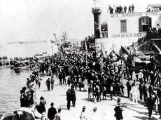 Υποδοχή επισήμων στο λιμάνι στις αρχές του αιώνα. (ΦΩΤ. Π. ΔΙΑΜΑΝΤΟΠΟΥΛΟΥ)