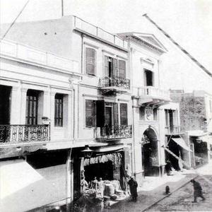 Τα «καταστήματα» της χριστιανικής κοινότητας μπροστά από την Τριμάρτυρη στις αρχές του αιώνα.