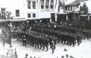 Παράταξη αυστριακών στρατευμάτων στην κλειστή πλατεία Μαυροβουνίου στο Συντριβάνι. (ΦΩΤ. Π. ΔΙΑΜΑΝΤΟΠΟΥΛΟΥ)
