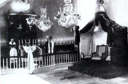 Ο ραββίνος Εβλαγόν ετοιμάζεται να υποδεχτεί τον βασιλέα Κωνσταντίνο στη Μεγάλη Συναγωγή. (ΦΩΤ. Π. ΔΙΑΜΑΝΤΟΠΟΥΛΟΥ)